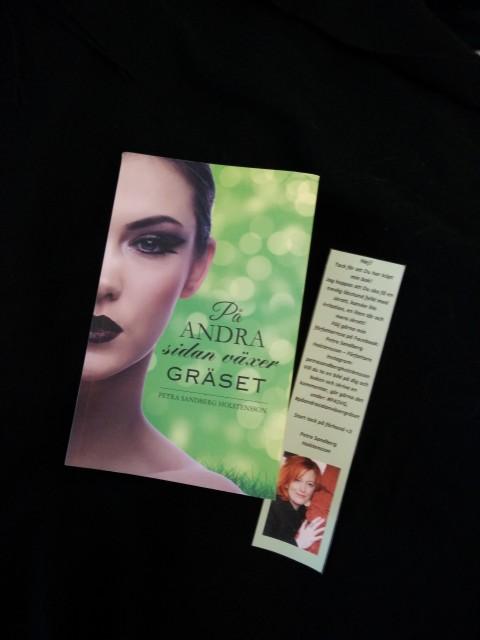 """""""På andra sidan växer gräset"""" är en """"komma ut""""- roman, en berättelse om att våa bryta normen och gå sin egen väg. Om varm vänskap, förtvivlan, lust, missförstånd, passion, humor, sex, inre styrka, kärlek och om att hitta rätt"""